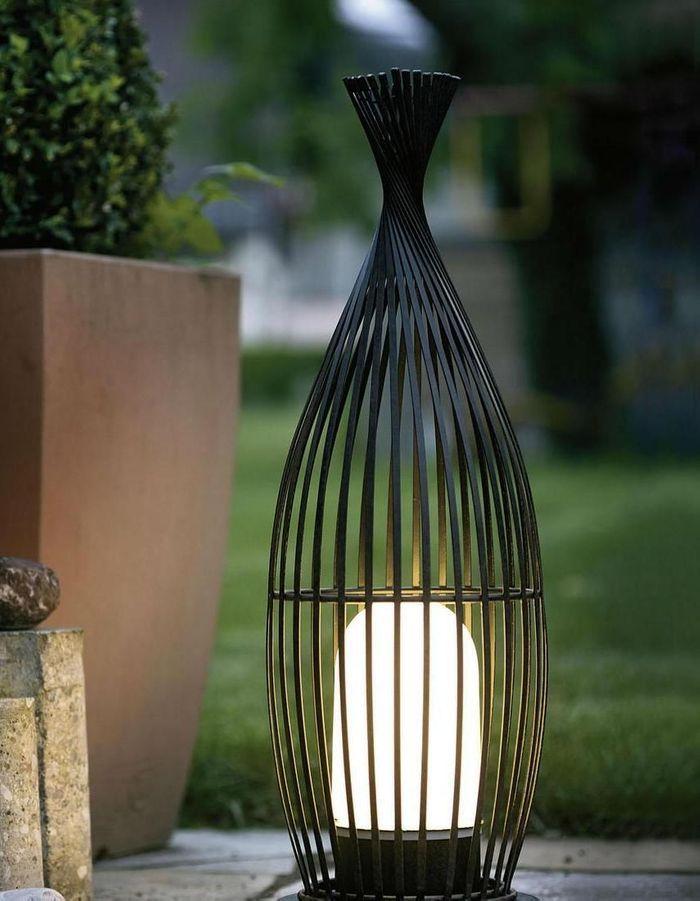 Une lampe de jardin Eglo
