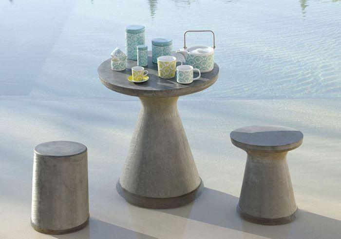Une terrasse avec piscine dont les meubles ne craignent pas l'eau