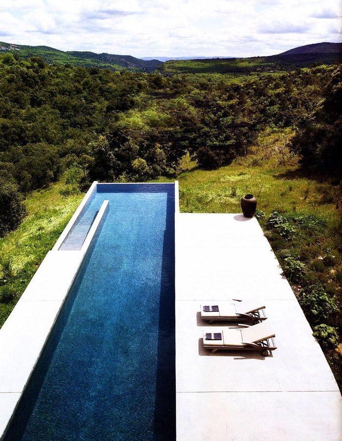 Piscine façon couloir de nage en pleine nature