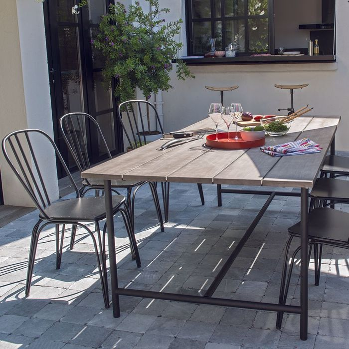 Une table de jardin effet brut