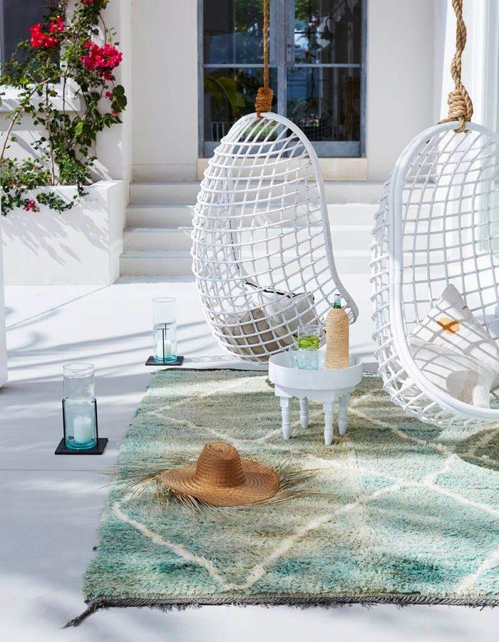 Une terrasse zen grâce à ses fauteuils suspendus