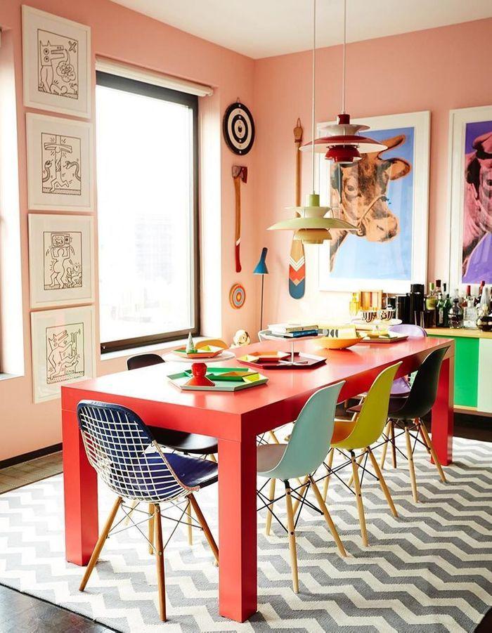 La chaise DSW déclinée en plusieurs couleurs dans une salle à manger arty