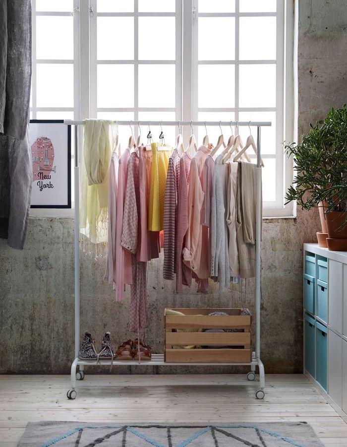 Une décoration rose poudré via un dressing ouvert