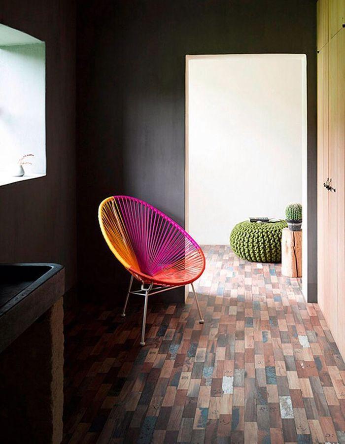 Un fauteuil tricolore dans un couloir sombre