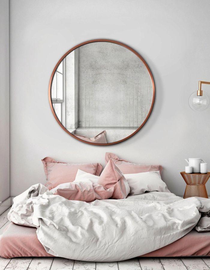 Le miroir rond au-dessus du lit pour remplacer la tête de lit