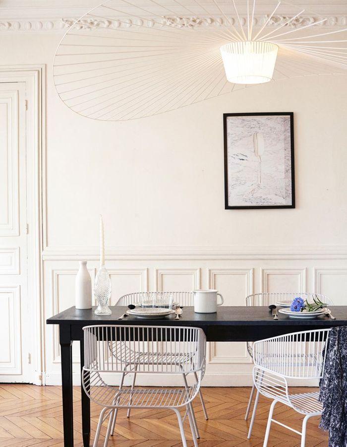 La suspension Vertigo blanche dans une salle à manger black & white