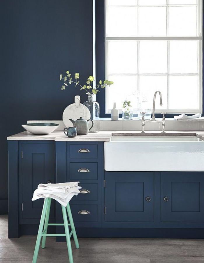 Des meubles de cuisine bleu marine