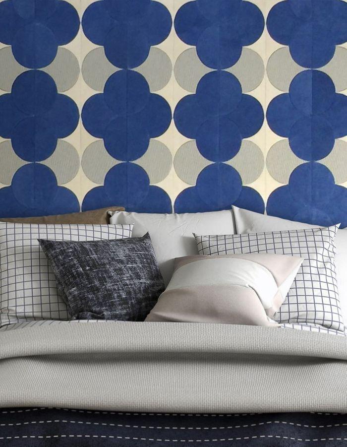 Une tête de lit à motifs bleu marine