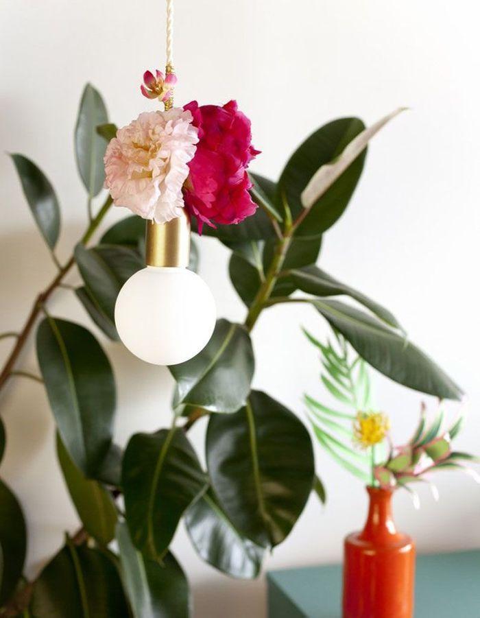 Une déco fleurie via une lampe baladeuse