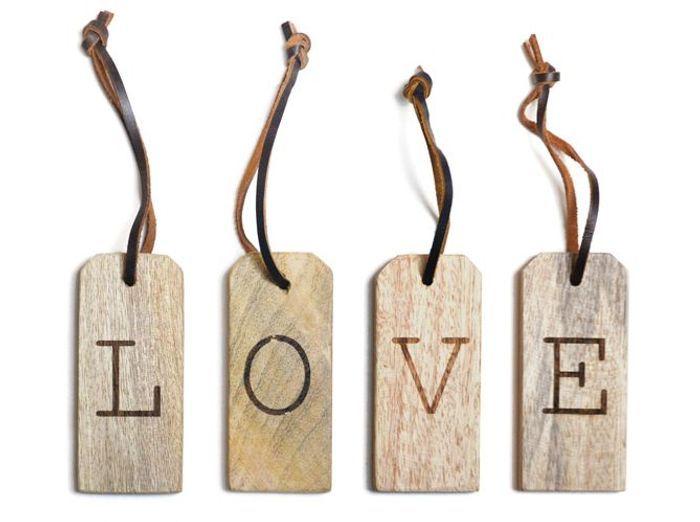 De petites lettres en bois à suspendre
