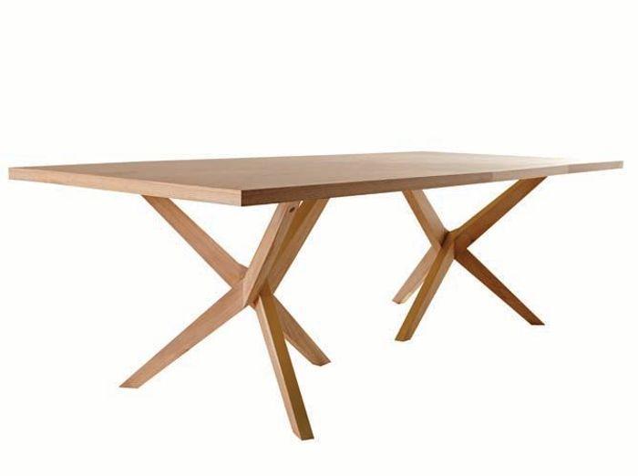 Une grande table en bois au piètement design