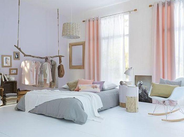 Chambre féminine aux rideaux roses