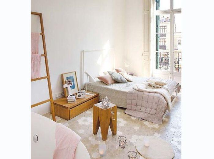 Chambre spacieuse aux touches de rose