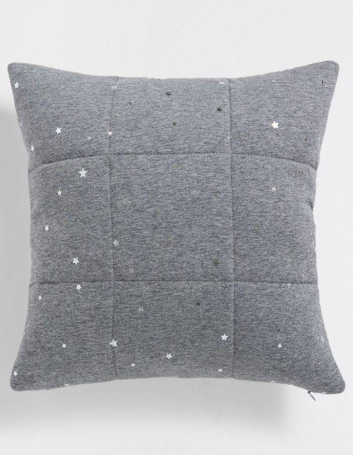 Un coussin à motifs étoiles