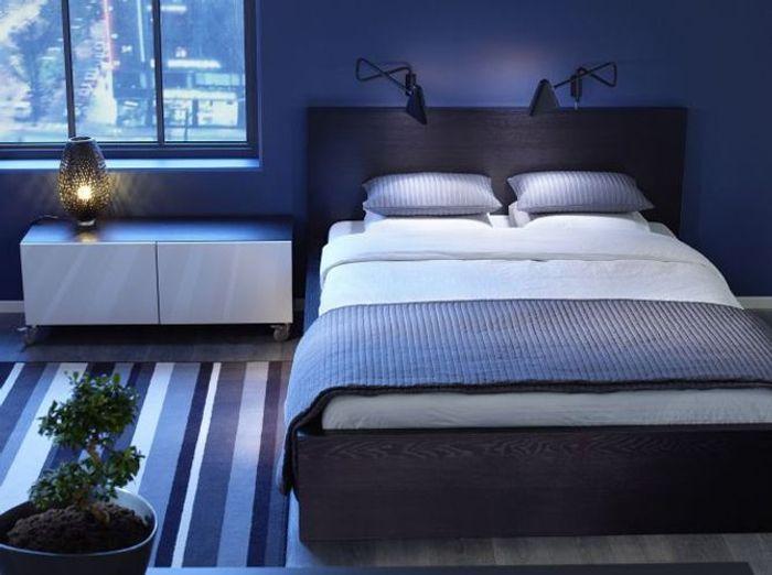 Chambre on mise sur des murs color s elle d coration - Chambre bleu fonce ...