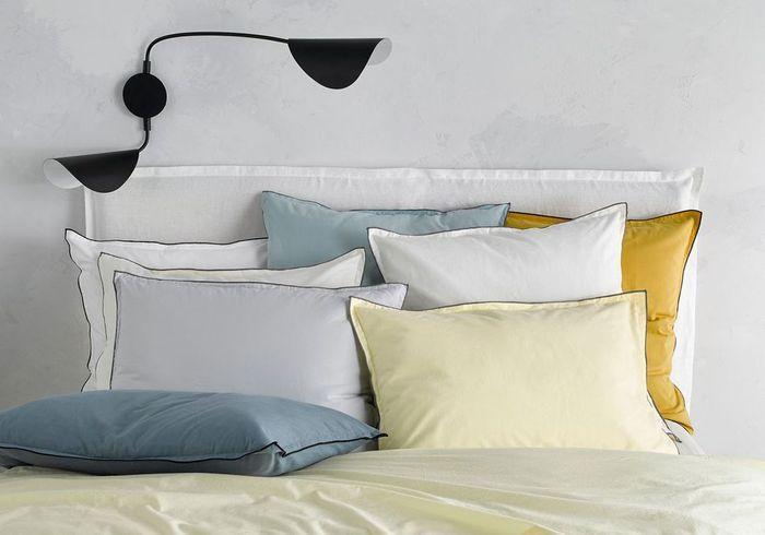 Une (ou deux) jolie applique murale au-dessus du lit