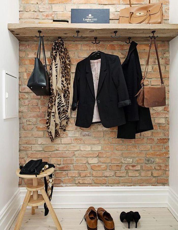 Un dressing ouvert via une planche en bois et des crochets
