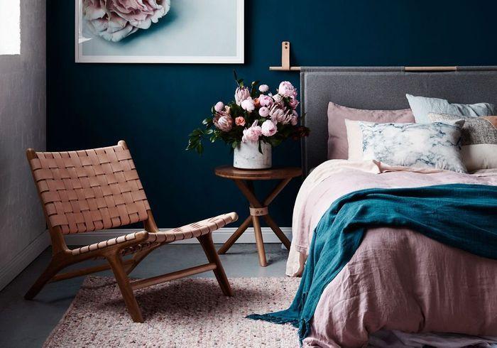L'idée à retenir : installer un joli fauteuil près du lit