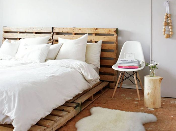 Des palettes en bois en guise de tête de lit