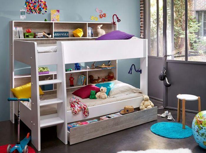Un lit mezzanine avec bibliothèques