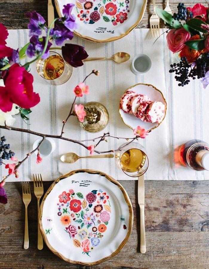 Décoration de table hiver : osez les couleurs flashy