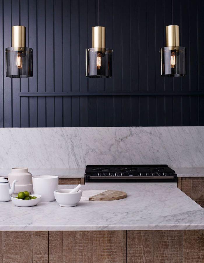 Un îlot de cuisine qui mixe le bois et le marbre