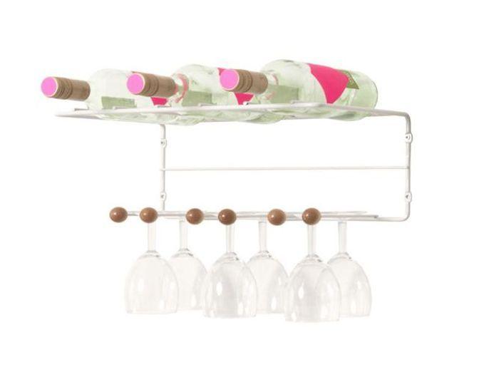 Une étagère à bouteilles et à verres