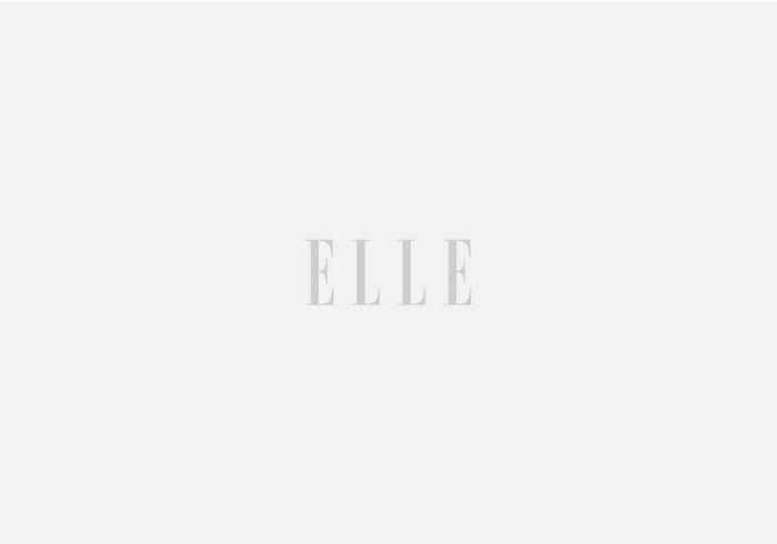 Accumulez les petits bacs de rangement dans la salle de bains