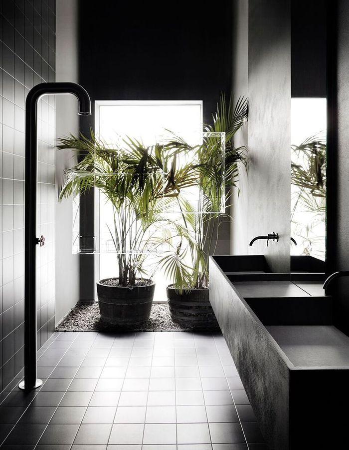 Osez le total look noir dans la salle de bains