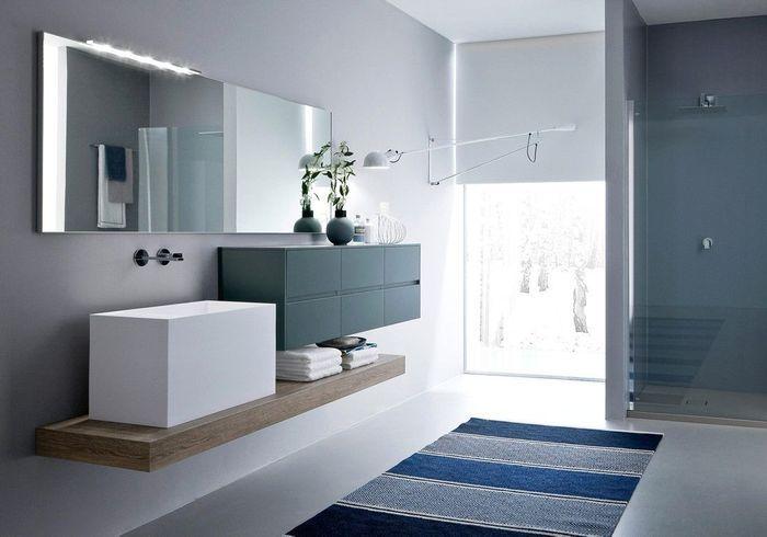 Une salle de bains design qui décline le bleu