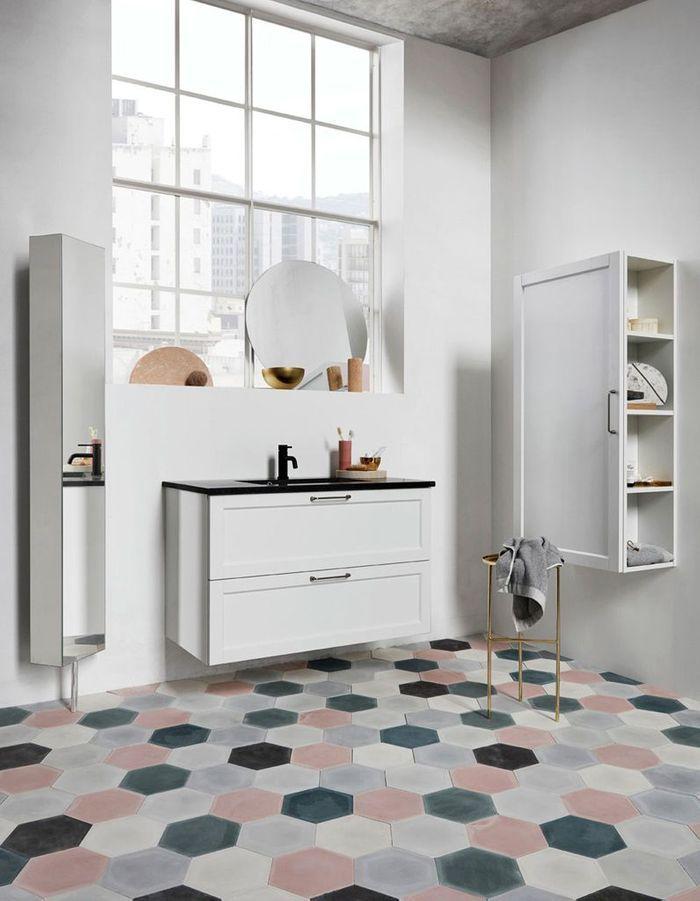 Une salle de bains design qui modernise les tomettes
