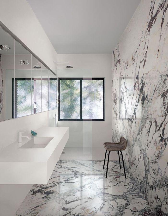 Une salle de bains design en marbre