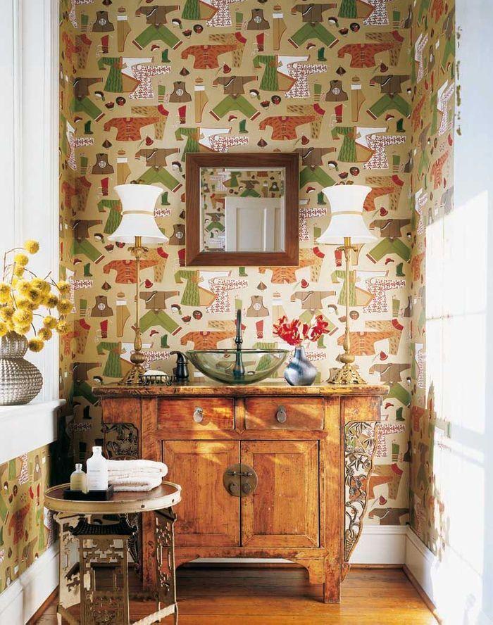 De la couleur dans la salle de bains via du papier peint à motifs