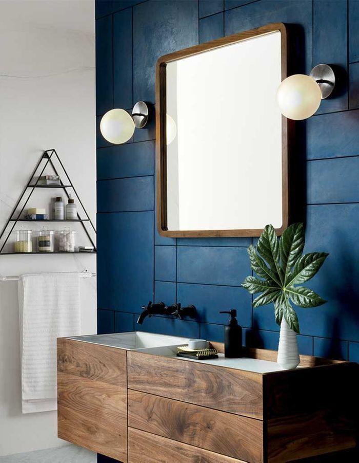 De la couleur dans la salle de bains via un carrelage repeint