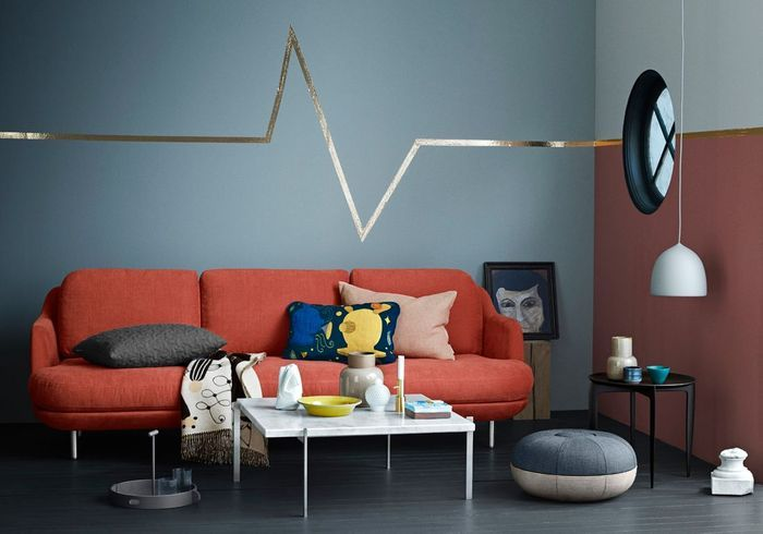 Apporter une dynamique via une frise dorée dans un petit salon