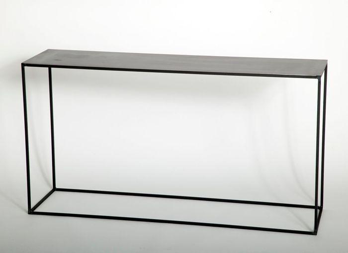 Un canapé gris accompagné d'une console aux lignes aériennes