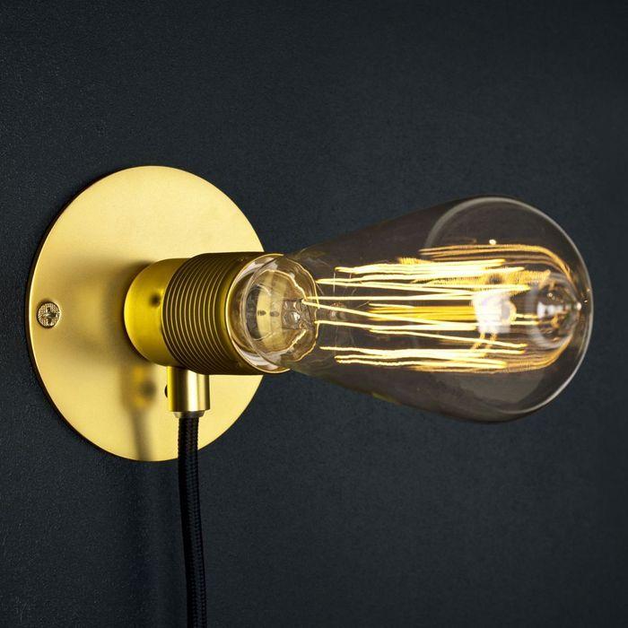 Une applique avec ampoule nue