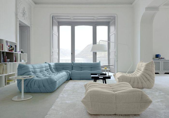 Le canapé, la chauffeuse et le pouf Togo dans des teintes douces pour un salon zen