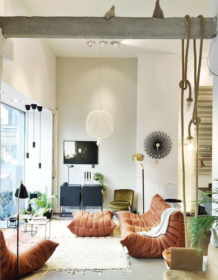 Le canapé, la chauffeuse et le pouf Togo mêlé à du mobilier filaire