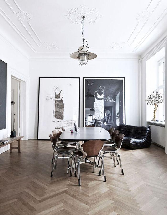 Le canapé Togo en cuir noir dans une salle à manger boisée