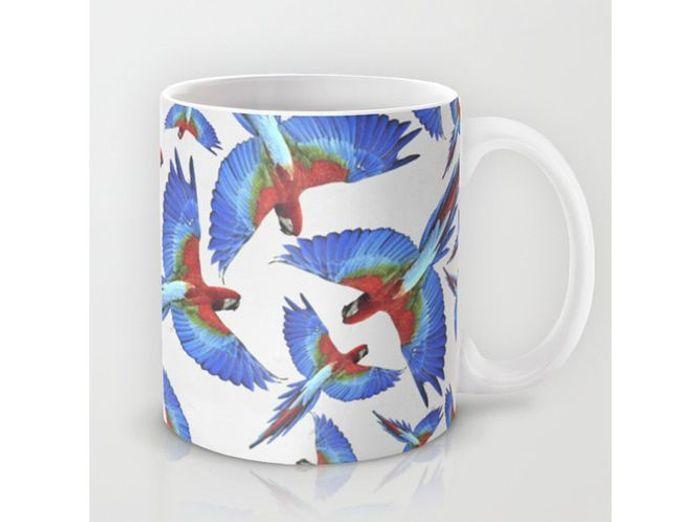 Un mug avec dessins de perroquets pour petits et grands enfants