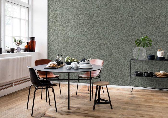 Une salle à manger qui ose le mur recouvert de papier peint