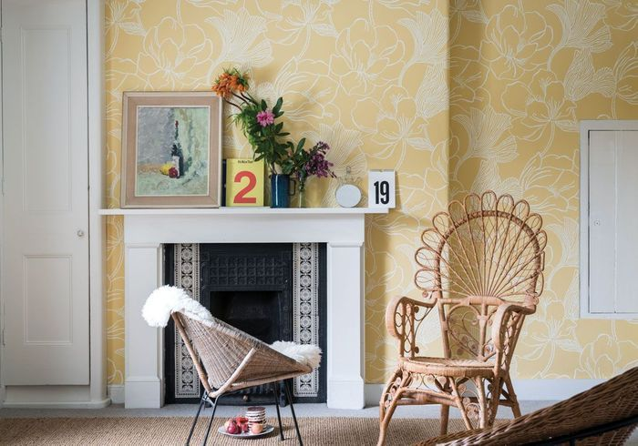 Salon jaune aux assises boisées
