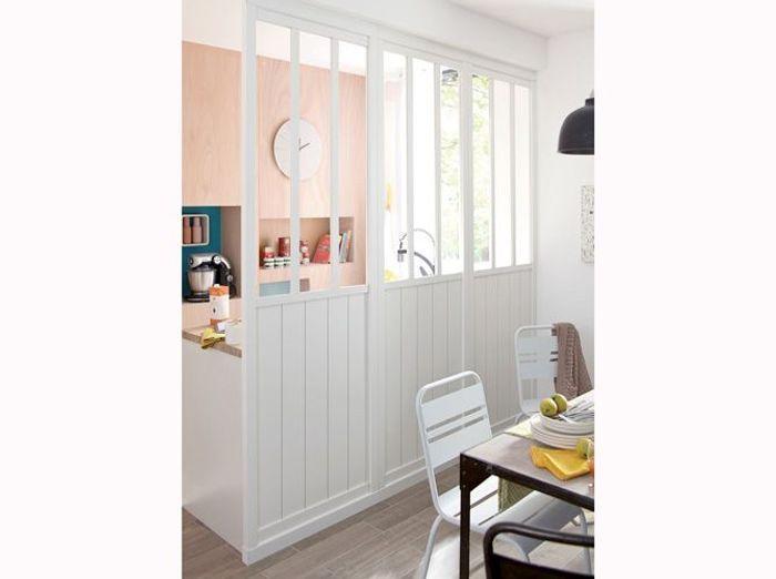 Une verrière entre cuisine et salle à manger pour agrandir l'espace