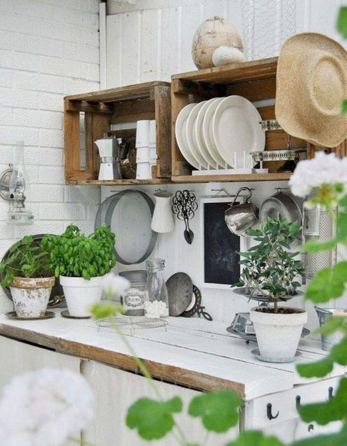 Des cagettes en bois qui remplacent les placards de cuisine