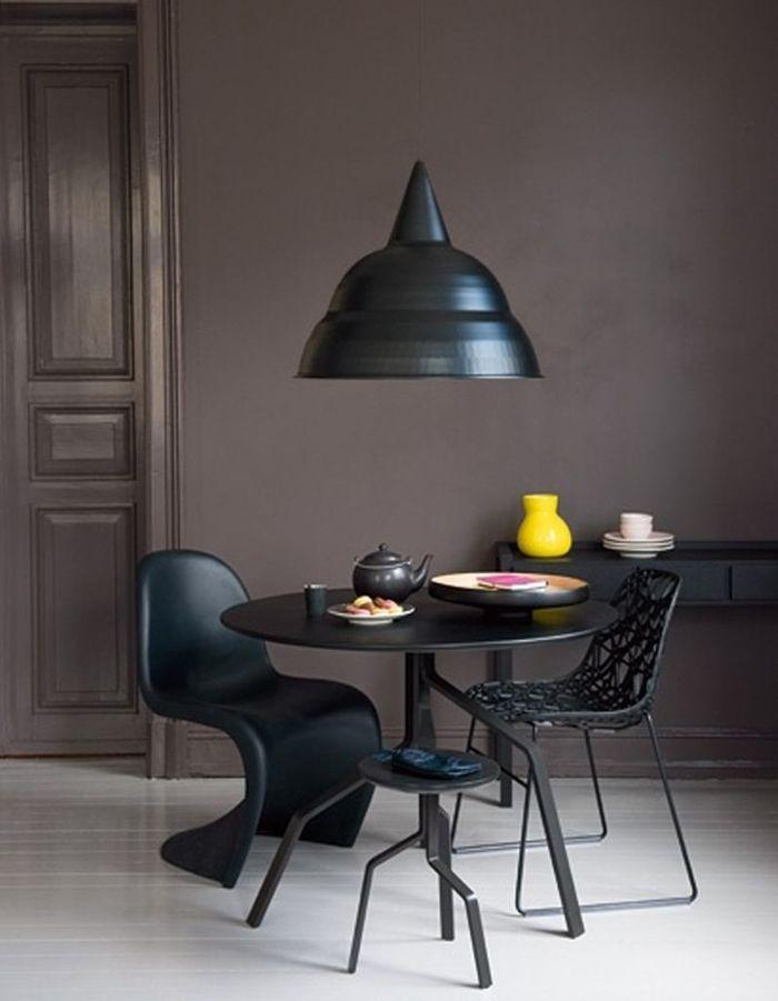 Des chaises différentes et un tabouret de couleur identique
