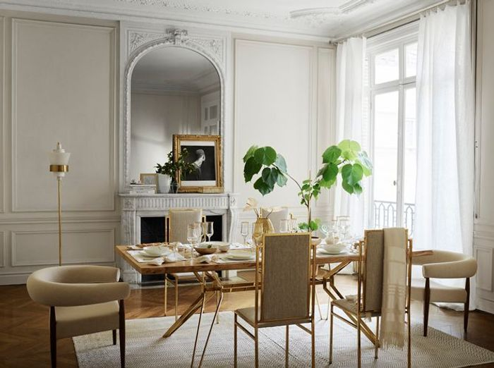Une salle à manger blanche et pleine d'élégance grâce aux détails dorés