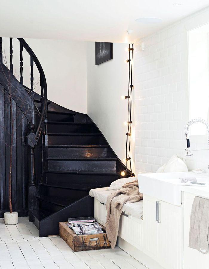 Oser le total look noir pour un escalier déco