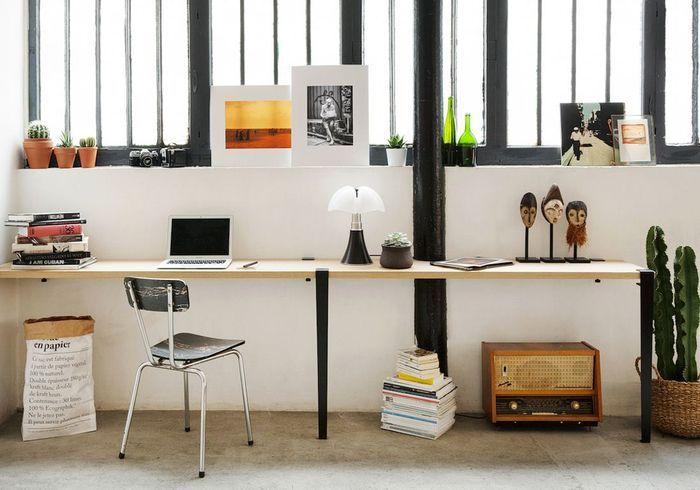 Un rebord de fenêtre pour désencombrer une table (bureau, plan de travail, table de chevet...)