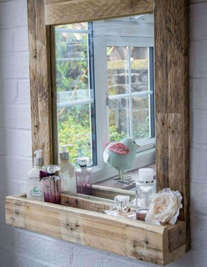 Palette en bois transformée en miroir de salle de bains